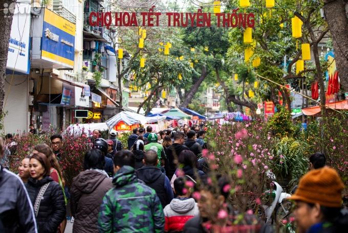 <p> Chợ hoa Hàng Lược là chợ hoa truyền thống lâu đời nhất Hà Nội, hoạt động từ ngày 23 tháng Chạptới chiều 30 Tết hàng năm. Chợ chỉ họp một lần trong năm vào dịp Tết Nguyên đán.</p>