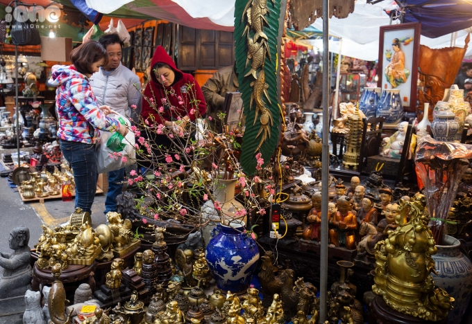 <p> Những gian hàng đồ cúng lễ, đồ cổ... bày bán tại ngã tư Hàng Mã - Hàng Lược thu hút người qua lại.</p>