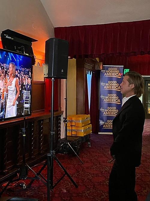 Brad Pitt xem Jennifer nhận giải từ trong hậu trường. Ảnh: Twitter John Cohen.