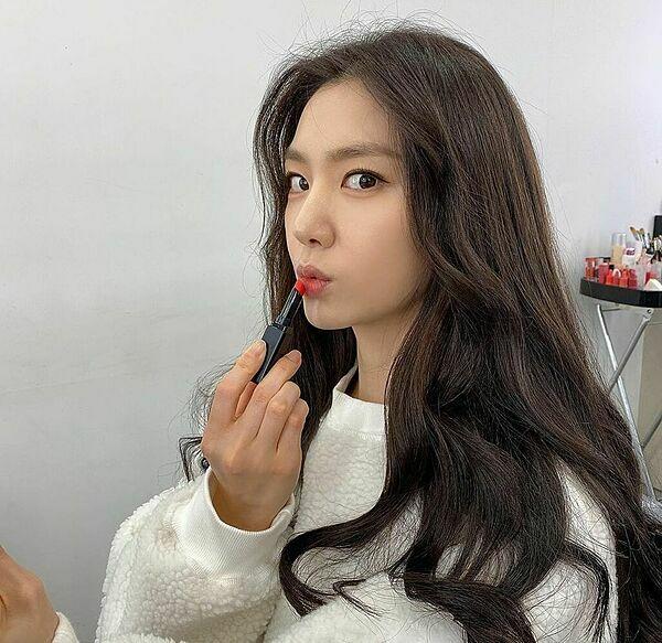 Dòng son lìcủa Shiseido được Seo Ji Hye tích cực sử dụng gần đây. Trước đó, cô cũng khoe thỏi son này trên Instagram.