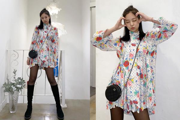 Jennie tạo dáng dễ thương với chiếc váy họa tiết trẻ trung.