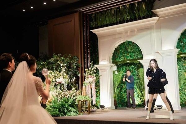 Sun Mi bất ngờ xuất hiện ở đám cưới một fan cứng và nhảy Gashina khiến cô dâu chú rể vô cùng phấn khích.