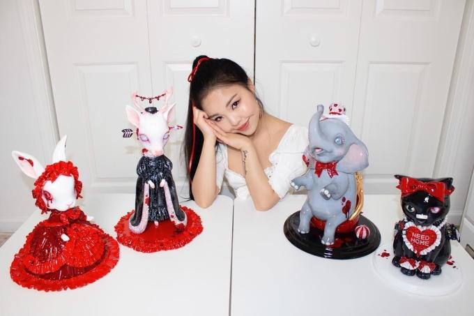 <p> Tina thu hút hàng trăm nghìn fan nhờ những tác phẩm hội họa sáng tạo. Ban đầu, cô chưa có định hướng sẽ theo đuổi nghệ thuật trừu tượng. Phải đến năm cuối đại học, cô mới bắt đầu tìm hiểu về nó.</p>