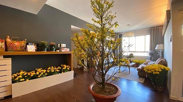 Sắc vàng của hoa tràn ngập không gian sống của HHen Niê.