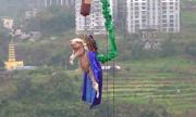 Công viên Trung Quốc bắt lợn nhảy bungee