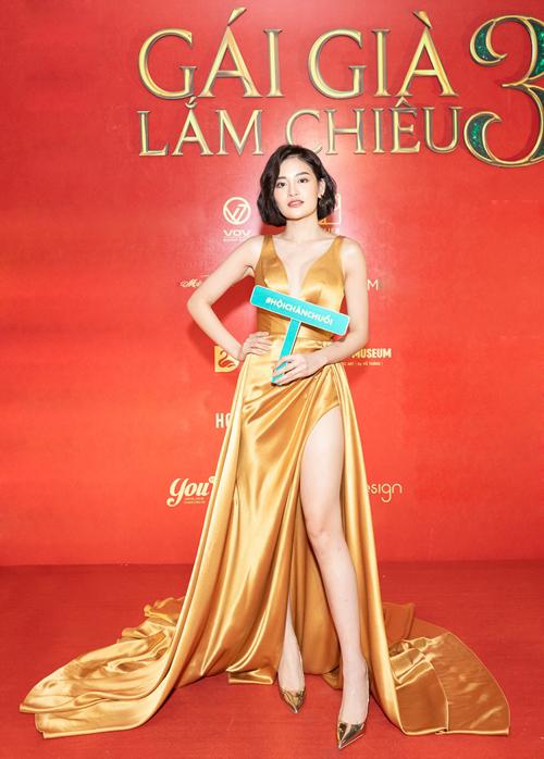 Diễn viên Thùy Anh diện váy xẻ đùi khoe vẻ gợi cảm. Cô là thành viên trong hội chăn chuối mang lại nhiều tiếng cười trong phim.