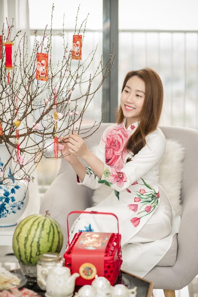 <p> Trong những ngày cận Tết, dù bận bịu lịch quay, Huỳnh Hồng Loan tranh thủ thời gian để sắm sửa Tết, trang hoàng lại nhà cửa. Ở tuổi 25, nữ diễn viên 9x đang sống trong căn hộ có ba phòng ngủ, rộng hơn 100 m2 thuộc một chung cư cao cấp tại TP HCM.</p>