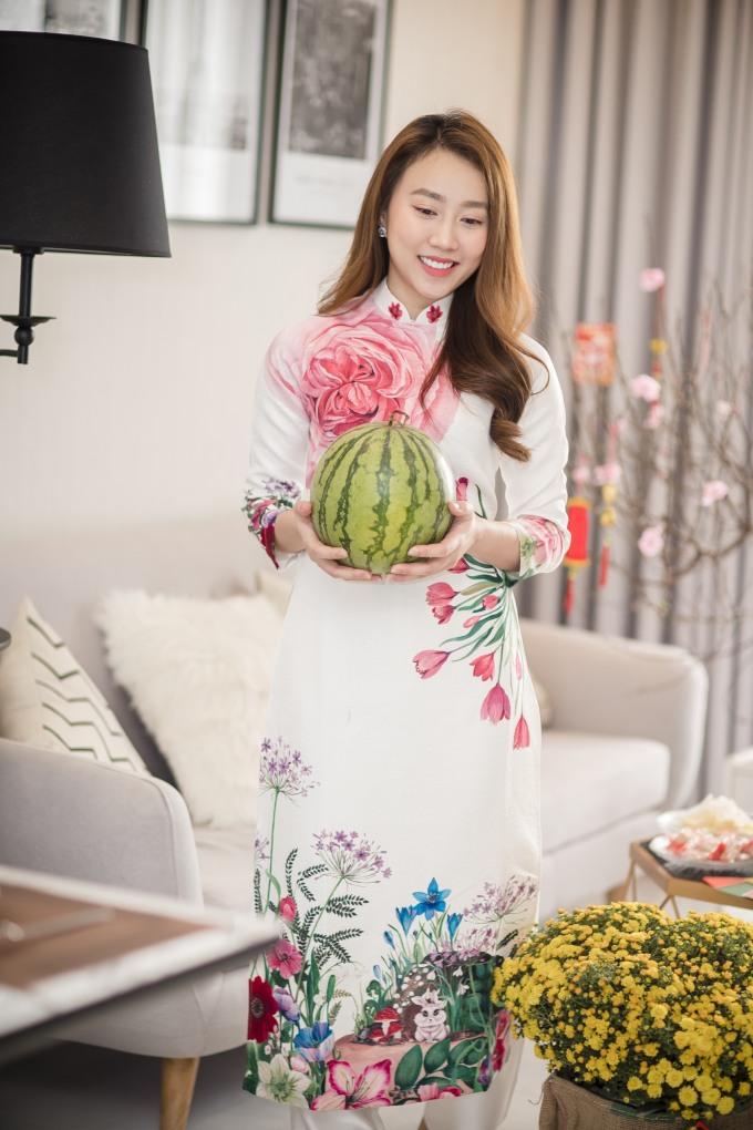 <p> Tết này, ngoài việc ở cạnh gia đình, Huỳnh Hồng Loan sẽ diễn vở kịch <em>Giao kèo sống thật</em> tại sân khấu kịch 5B để phục vụ khán giả. Qua Tết, cô sẽ Bắc tiến trong một dự án phim tiếp theo trên sóng VTV. Cô đang tham gia vào dự án <em>Cây táo nở hoa</em> của đạo diễn Võ Thạch Thảo đóng cùng diễn viên Thái Hoà, Song Luân.</p>