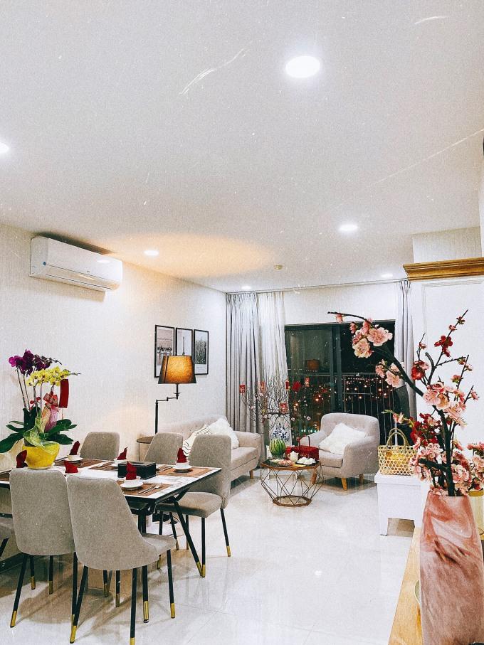 <p> Bước vào căn hộ này những ngày giáp Tết, mọi người đều cảm nhận được không khí mùa xuân đang tràn về. Hồng Loan chia sẻ, cô rất yêu thích không gian của phòng khách nên đã chăm chút nơi đây kỹ càng nhất.</p>