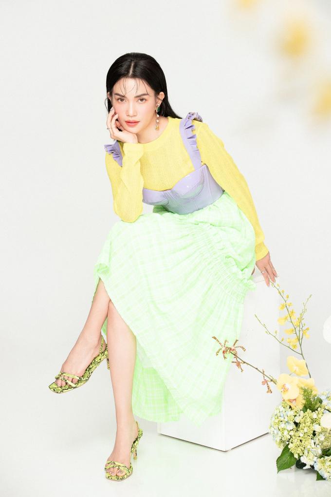 <p> Bộ trang phục phối giữa ba sắc màu vàng - tím - xanh lá mang đến sự tươi trẻ trong ngày xuân.</p>