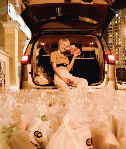 Bảo Anh mang cả một xe quà đi khắp Sài Gòn để tặng cho những người vô gia cư.