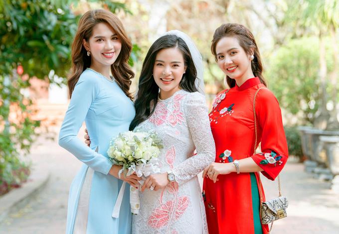 Ngọc Trinh diện áo dài đơn giản vẫn xinh đẹp khi dự đám cưới bạn thân.