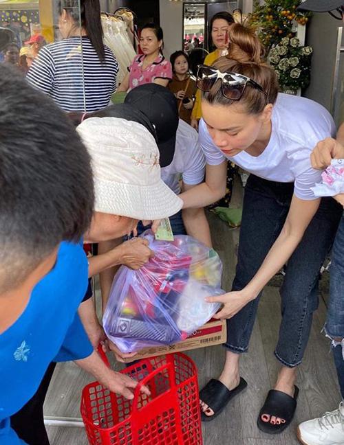 Hồ Ngọc Hà mặc áo phông, diện dép lê giản dị đi trao quà từ thiện.