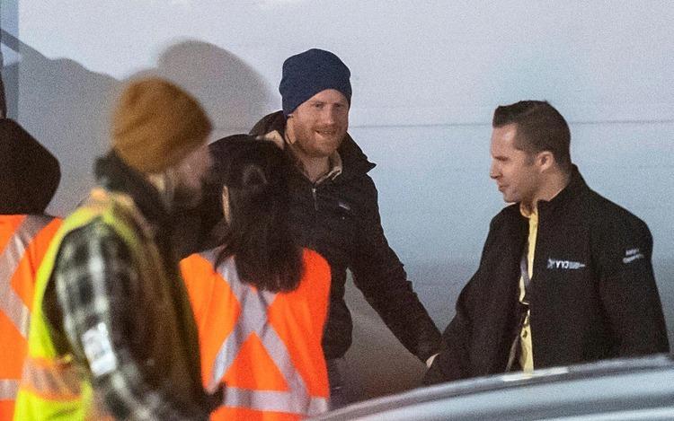Harry bước xuống máy bay ở Canada tối 20/1. Ảnh: Christ Bott.