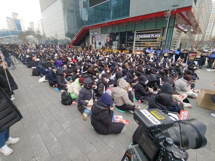 Các fan có mặt từ sáng sớm.