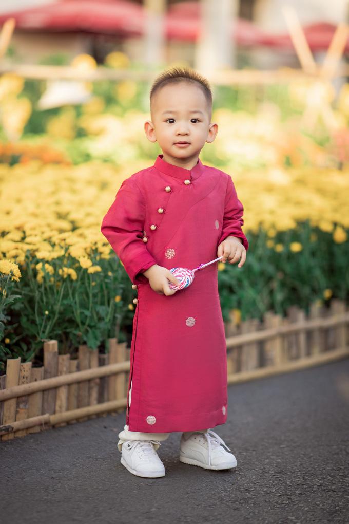 <p> Cậu bé tươi cười giữa sắc xuân và không khí nhộn nhịp của chợ hoa.</p>