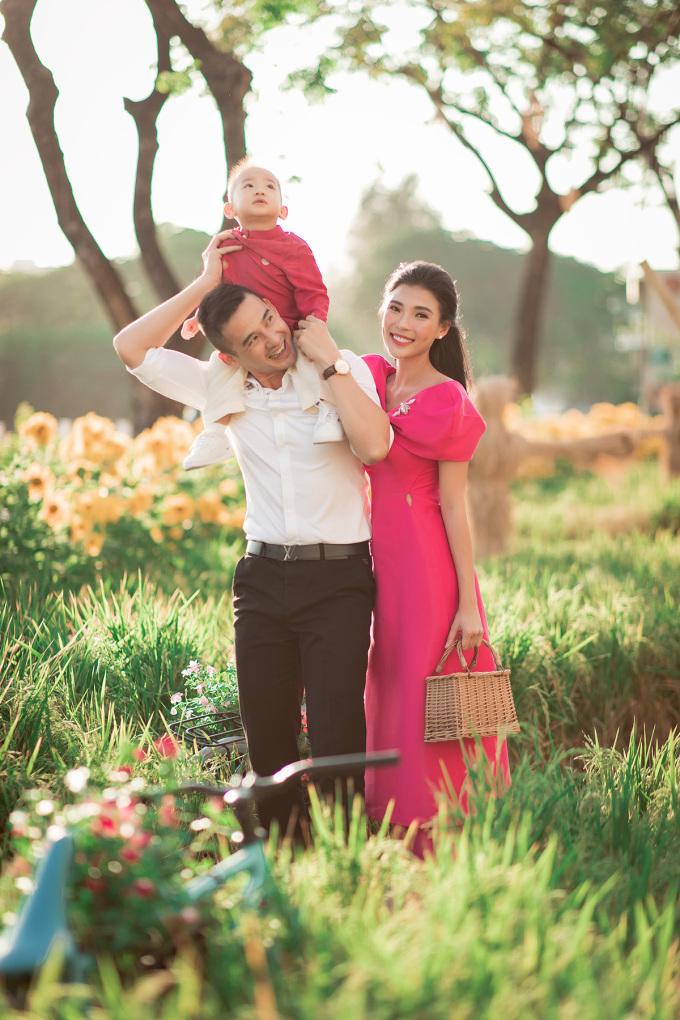 <p> Lương Thế Thành - Thúy Diễm háo hức khi Tết đang đến gần. Tranh thủ ngày cận Tết, họ dẫn bé Bảo Bảo cùng đi chợ hoa du xuân sớm.</p>