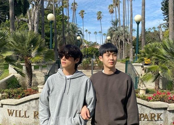 Choi Woo Shik khoác tay V (BTS) dạo chơi ở Los Angeles, Mỹ. Hai ngôi sao thuộc hội bạn thân Wooga, gồm cả Park Seo Joon, Park Hyung Sik, Peakboy.