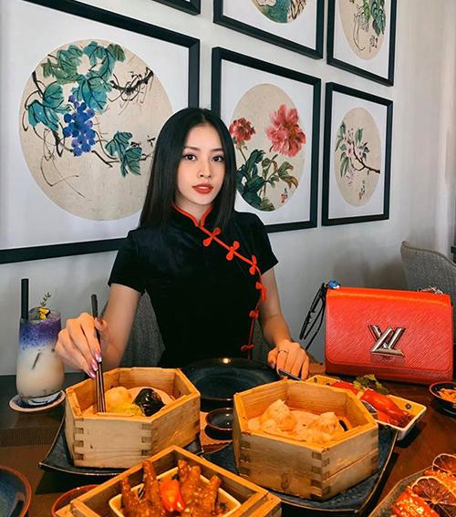 Chi Pu tận hưởng kỳ nghỉ Tết với bữa tất niên đuề huề cùng đồ ăn Trung Hoa.