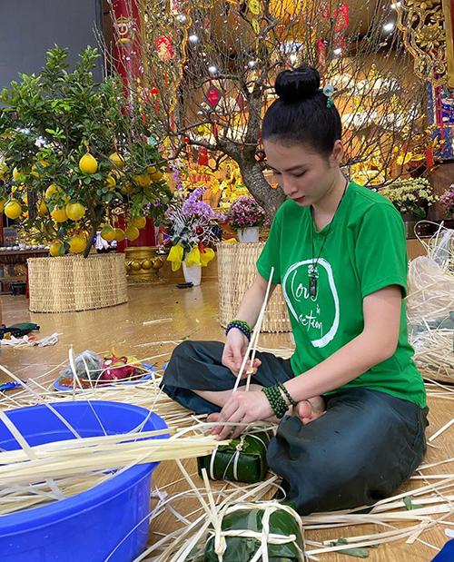 Angela Phương Trinh cần mẫn gói bánh chưng trong chùa.