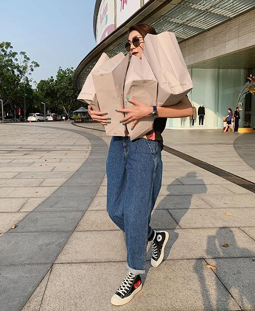 Thanh Hằng tay xách nách mang cả loạt túi đồ sau chuyến mua sắm ngày cuối năm.