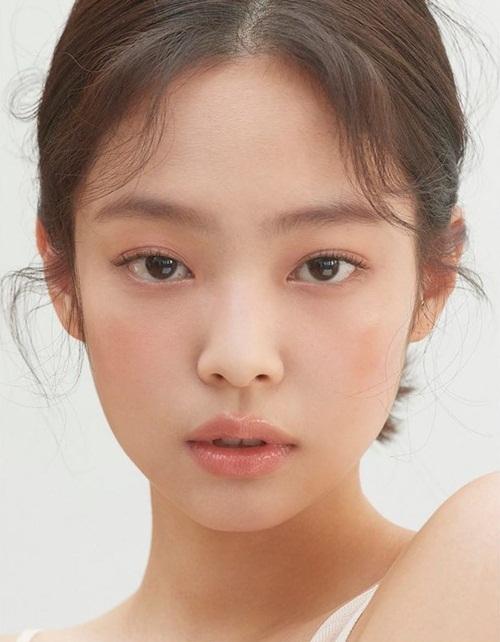 Jennie khoe nét đẹp trong veo như thiên sứ.