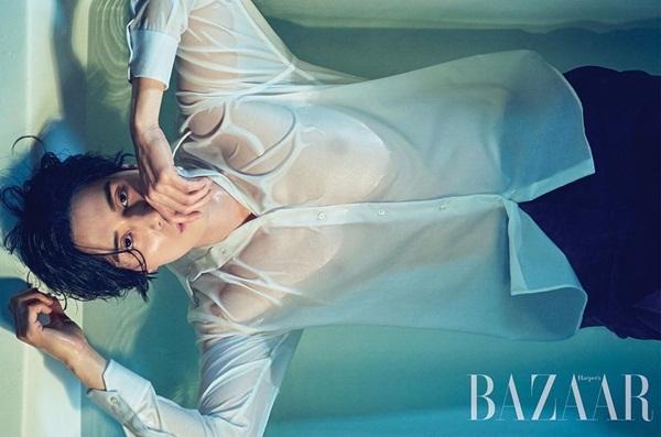 Lee Dong Wook khoe body ướt át trong bồn tắm.