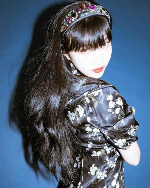 Trong loạt ảnh mới đăng trên Instagram, Joy (Red Velvet) được khen nhờ thần thái kiêu sa. Nữ idol làm điệu cho mái tóc bằng chiếc bờm nhung đen đính đá màu sắc, mang đến vẻ ngoài như các cô gái quý tộc.