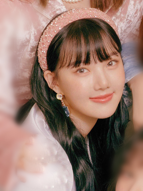 Bờm nhung to bản cũng được lòng Ye Rin (GFriend). Vẻ ngoài yểu điệu tiểu thư của cô càng được tôn lên nhờ phụ kiện tông hồng pastel.