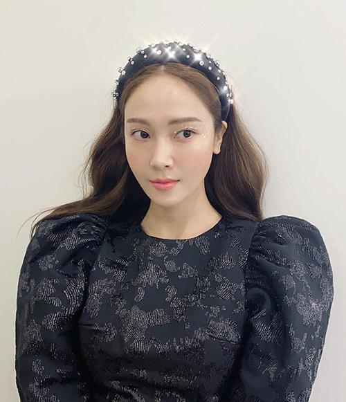 Bờm nhung đính đá là món phụ kiện tóc được nhiều sao Hàn ưa chuộng gần đây. Jessica vốn sở hữu khí chất tiểu thư nên trông càng sang chảnh khi cài item này lên mái tóc.