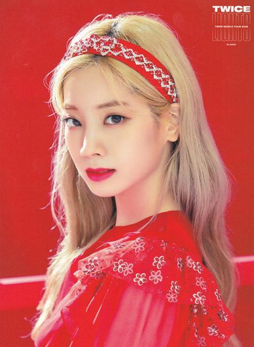 Da Hyun nổi bật như công chúa khi mặc váy đỏ, tông xuyệt tông là chiếc bờm nhung lấp lánh cổ điển.