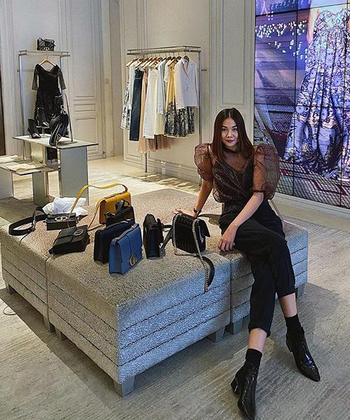 Thanh Hằng đổ tại Tết nên cô phải đi sắm một loạt túi xách mới. Siêu mẫu rước về 8 chiếc túi xách hàng hiệu mới của Dior - thương hiệu mà cô rất yêu thích vì có phong cách thanh lịch, sang trọng. Giá mỗi chiếc túi của Thanh Hằng giá khoảng từ 80 triệu đồng. Để sở hữu 8 chiếc túi, người đẹp cũng phải đầu tư đến nửa tỷ đồng.