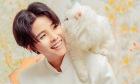 Vũ Cát Tường chụp ảnh Tết với mèo cưng