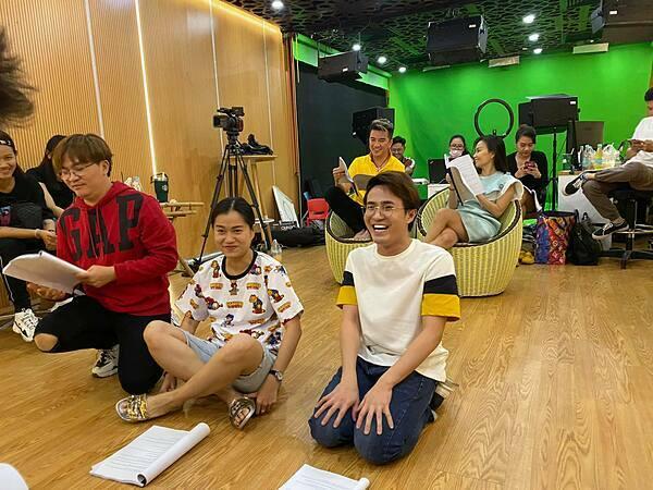 Huỳnh Lập cùng các nghệ sĩ tập luyện trong hậu trường.