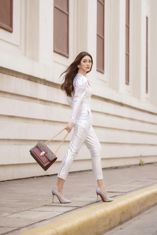 Những ngày đầu xuân, Lý Kim Thảo ưa chuộng gam màu tươi sáng. Cô kết hợp quần cạp cao cùng áo crop-top và giày cao gót.