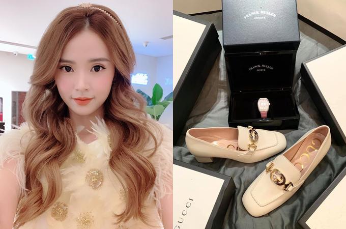 Midu tự thưởng quà khủng sau một năm làm việc chăm chỉ. Nữ diễn viên sắm một chiếc đồng hồ nạm kim cương, tông màu hồng nữ tính của thương hiệu Franck Muller, giá khoảng 19.000 USD (gần 450 triệu đồng). Một đôi giày Gucci thanh lịch cũng được Midu bổ sung vào bộ sưu tập.