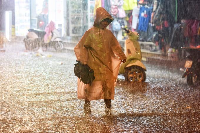 <p> Nhiều người vội vã trở về giữa đêm trong mưa lớn để kịp đón giao thừa với gia đình. Ảnh: Giang Huy.</p>