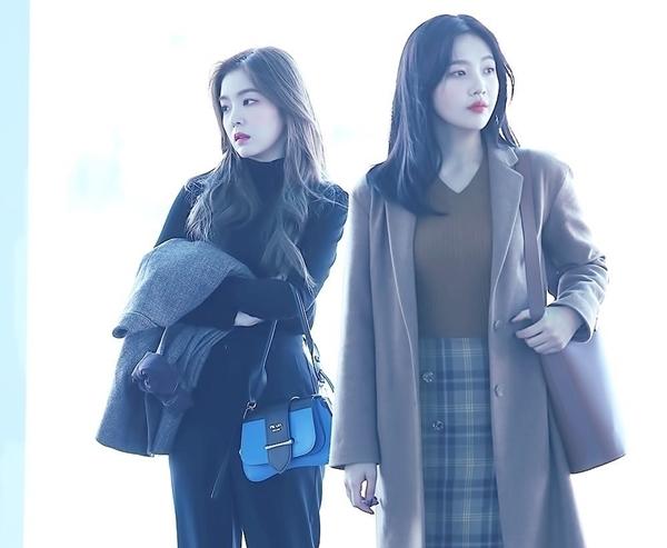 Trong Red Velvet, Irene lạnh lùng ít nói,còn Joy rực rỡ, tươi tắn.