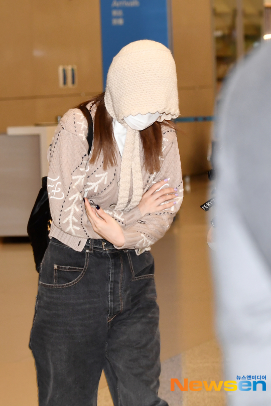 Thành viên Twice muốn che mặt mộc trước ống kính phóng viên nhưng chiếc mũ của cô nàng chiếm hết mọi spotlight, trở thành đề tài trêu chọc trên các diễn đàn Kpop. Có nhiều ý kiến cho rằng Na Yeon nên chú ý tới hình ảnh ở sân bay hơn vì cô nàng là người nổi tiếng.