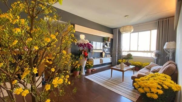 Tết Canh Tý 2020, HHen Niê không có mặt ở TP HCM nhưng vẫn tranh thủ trang hoàng nhà cửa. Cô mua chậu mai lớn đặt ở giữa phòng khách của căn hộ. Xung quanh, cô đặt nhiều khóm cúc. HHen Niê cho biết, cô bài trí nhiều hoa để có một năm mới rực rỡ.