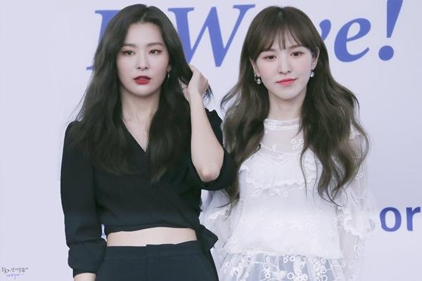 Seul Gi thu hút nhờ ngoại hình đẹp lạ, phong cách thời trang cá tính. Wendy lại xinh đẹp, ấm áp như thiên thần.