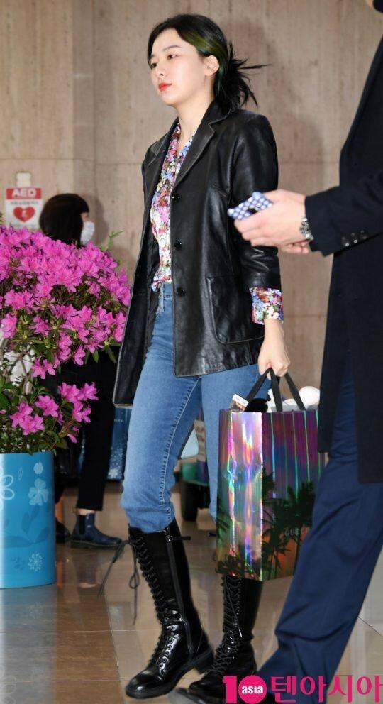Red Velvet vội vã về Hàn trong ngày cuối năm sau khi hoàn thành tour diễn. Gu thời trang của Seul Gi luôn khiến các cô gái muốn học tập theo.