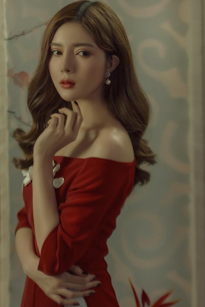 <p> Cô còn chọn áo dài sắc đỏ để phù hợp với không khí ngày Tết. Đây cũng là màu sắc yêu thích của cô vì mang lại nhiều may mắn.</p>