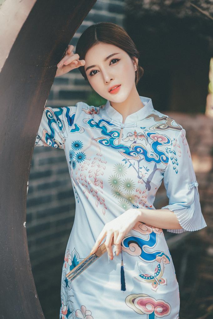 <p> Cô chọn chiếc áo dài lụa mềm mại với thiết kế bèo nhún ở phần tay áo.</p>