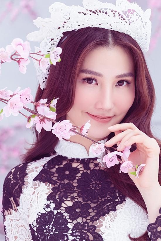 <p> Cô nhanh chóng làm quen với môi trường làm việc ở Hà Nội, có được nhiều bạn mới. Dự án như cái duyên giúp cô có cơ hội học hỏi về diễn xuất.</p>