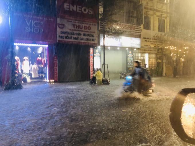 <p> Nhiều người dân vật lộn về nhà trong mưa lớn. Ảnh: Ngọc Thành.</p>