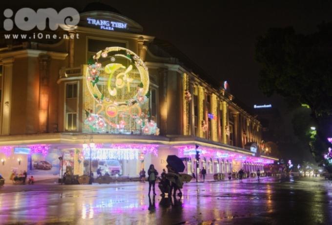 """<p> Tối 30 Tết, đường phố Hà Nội vắng người bất thường so với mọi năm. Thời tiết đổ mưa từ chiều nên nhiều tuyến phố vắng người dạo chơi đêm giao thừa. Phố Tràng Tiền vắng bóng người một cách """"kỳ lạ"""".</p>"""