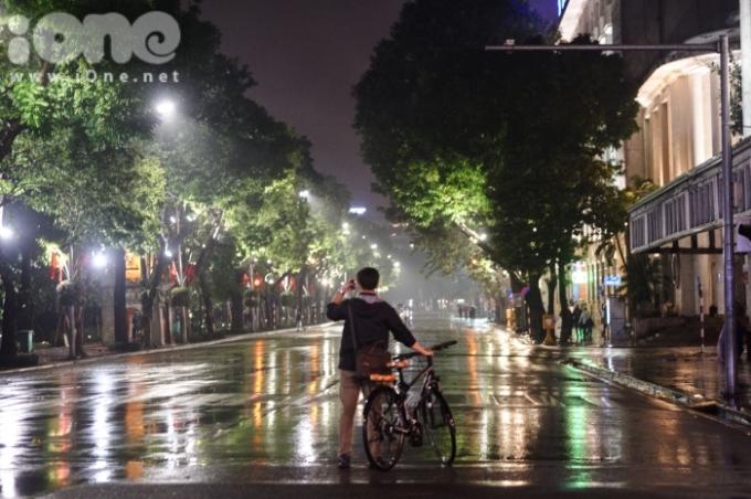 <p> Đường phố đêm giao thừa thưa thớt bóng người, khác hẳn với các năm và dịp Tết dương lịch vừa qua.</p>