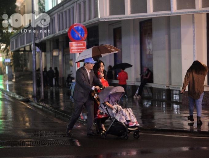 <p> Một số gia đình chấp nhận đội mưa để ngắm phố phường đêm giao thừa.</p>