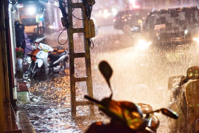 <p> Phố Đinh Liệt bắt đầu ngập nặng vì mưa lớn kéo dài. Ảnh: Giang Huy.</p>